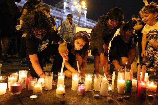 """Varias personas participan en una concentración feminista en la Puerta del Sol en repulsa por """"todos los feminicidios"""", a 11 de junio de 2021, en Madrid (España). Esta es una de las protestas feministas que se han convocado hoy, un día después de que la G"""