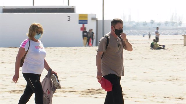 Archivo - uso de la mascarilla en la playa de la Malvarrosa de València