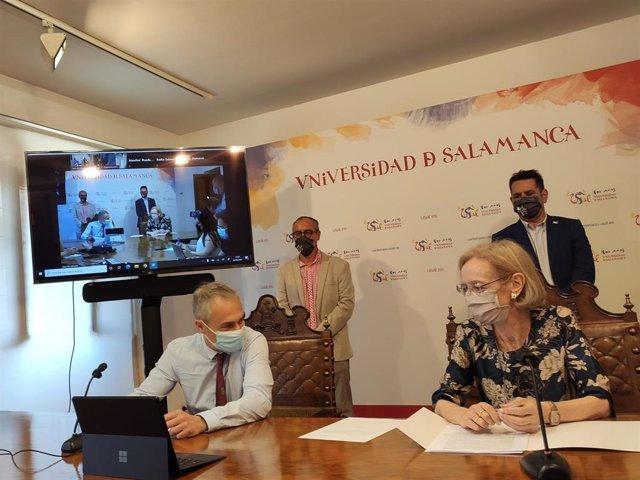 El rector de la USAL, Ricardo Rivero, y la directora del Centro Internacional del Español, Nieves Sánchez, en la presentación de 'Stylus'