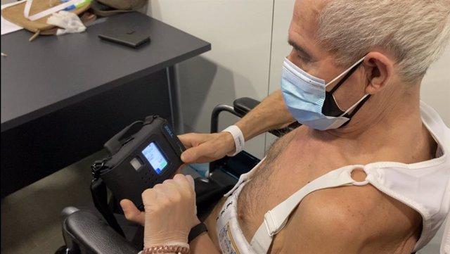 Un pacient utilitza una armilla desfibril·ladora portàtil.
