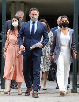 (I-D) La secretaria general de Vox en el Congreso, Macarena Olona; el presidente de Vox, Santiago Abascal, y la candidata de Vox a las elecciones de la Comunidad de Madrid, Rocío Monasterio, salen del Tribunal Constitucional, a 16 de junio de 2021, en Mad