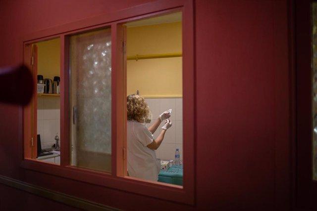 Una sanitaria prepara una dosis de la vacuna de Janssen, en el centro abierto de la Fundació Arrels, el día de la jornada de vacunación a personas sin hogar, a 3 de junio de 2021, en Barcelona, Cataluña (España). Las personas sin hogar que lo deseen, podr