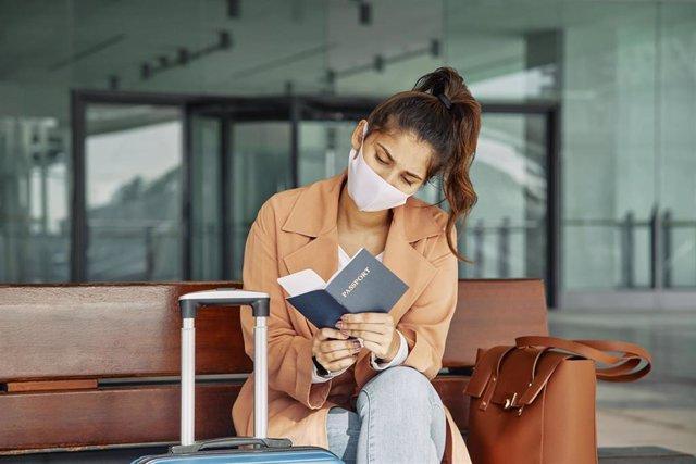 Viajera mirando pasaporte