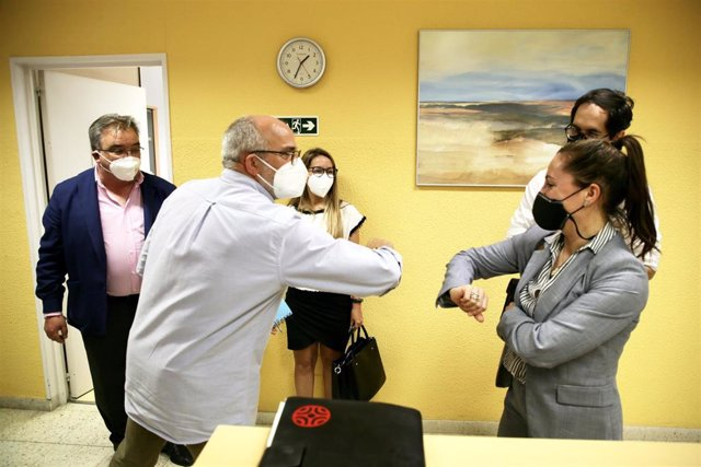 El consejero de Sanidad, Miguel Rodríguez, saluda a los representantes municipales de Noja, en presencia de su alcalde , Miguel Ángel Ruiz Lavín