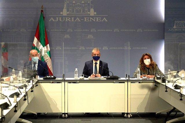 Archivo - El Lehendakari, Iñigo Urkullu (c) y la consejera de salud  Gotzone Sagardui durante una reunión del comité asesor del Plan de Protección Civil de Euskadi (LABI), en Vitoria, Álava, Euskadi