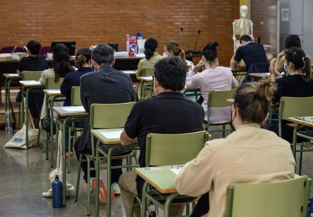 Varias personas durante un examen en unas oposiciones, foto de recurso