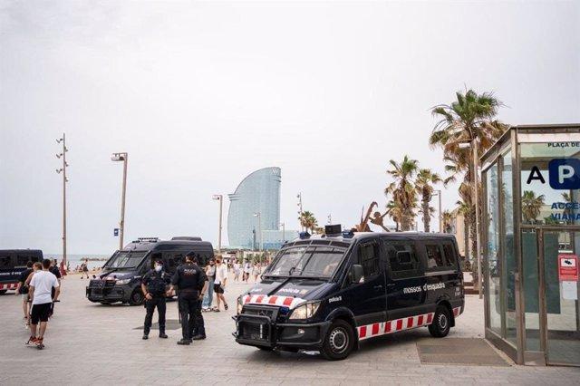 Dispositiu policial a la platja de Sant Sebastià de la Barcelona per l'assistència del rei Felip VI.
