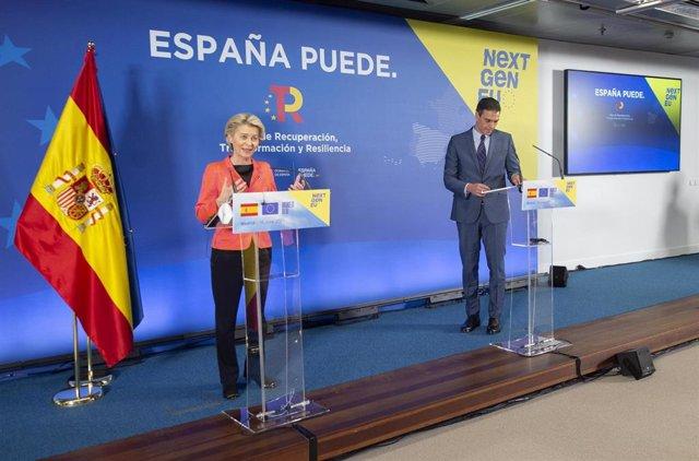 La presidenta de la Comisión Europea, Ursula von der Leyen y el presidente del Gobierno, intervienen después de su reunión, en la sede de Red Eléctrica de España, a 16 de junio de 2021, en Alcobendas, Madrid (España). La Comisión Europea ha dado hoy el vi
