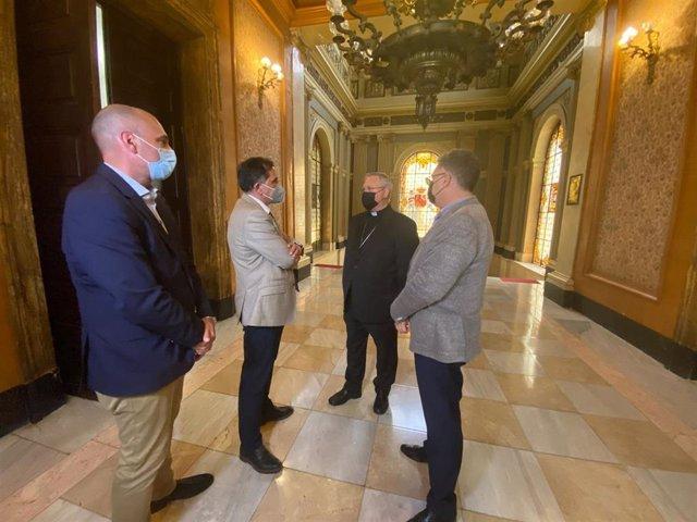 El alcalde y los concejales Pedro García Rex y Andrés Guerrero han mantenido esta tarde una reunión con el obispo de la Diócesis de Cartagena, José Manuel Lorca Planes