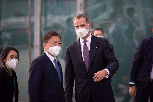 El presidente de Corea del Sur, Moon Jae-In (i) y el Rey Felipe VI (d) , a su llegada al W Barcelona para asistir a una cena inaugural de la XXXVI reunión anual del Cercle D'Economía, a 16 de junio de 2021, en Barcelona, Catalunya (España).