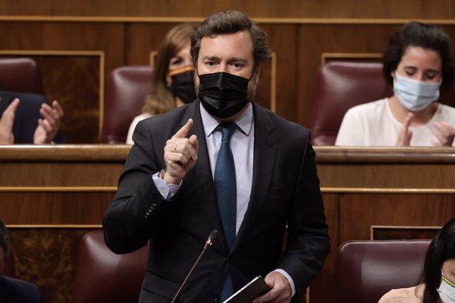 El portavoz de Vox en el Congreso, Iván Espinosa de los Monteros, interviene en una sesión de control, a 16 de junio de 2021, en el Congreso de los Diputados, Madrid, (España). Esta sesión está marcada nuevamente por los posibles indultos a los presos del