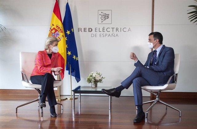 La presidenta de la Comisión Europea, Ursula von der Leyen y el presidente del Gobierno, Pedro Sánchez, durante su reunión, en la sede de Red Eléctrica de España, a 16 de junio de 2021, en Alcobendas, Madrid (España). La Comisión Europea ha dado hoy el vi