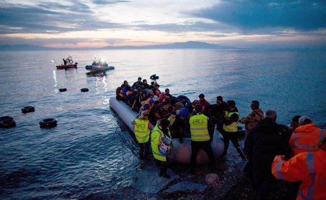 Archivo - Refugiados llegan en un bote inflable de Turquía en la isla griega de Lesbos.