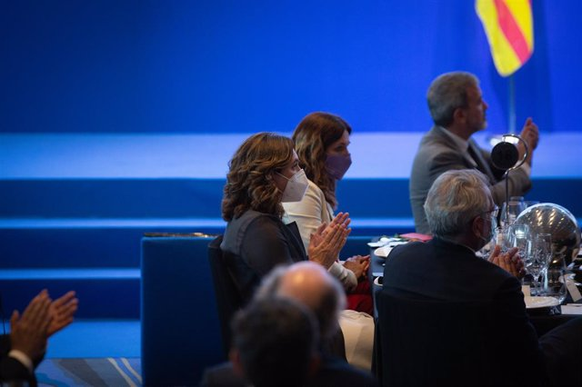L'alcaldessa de Barcelona, Ada Colau (i), aplaudeix el discurs del Rei Felipe VI però no així la consellera de Presidència de la Generalitat, Laura Vilagrà, durant el sopar inaugural de la XXXVI reunió anual del Cercle.