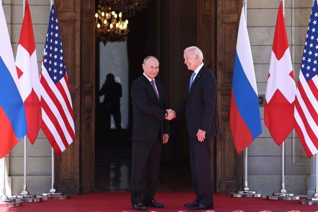 Els presidents de Rússia i els Estats Units, Vladimir Putin i Joe Biden, respectivament, en la cimera bilateral en Ginebra