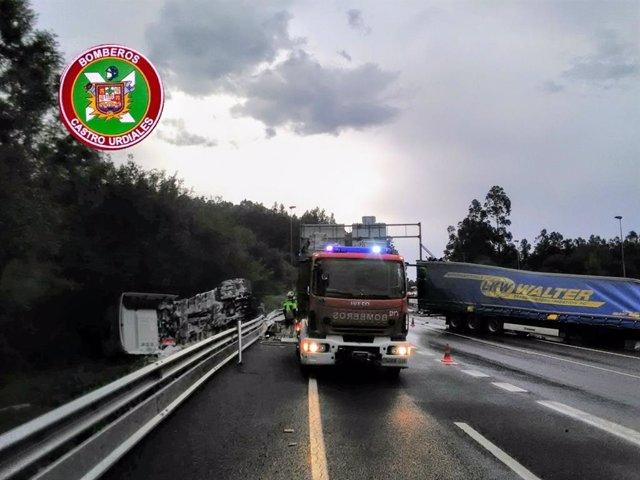 Camión accidentado en la autovía A-8