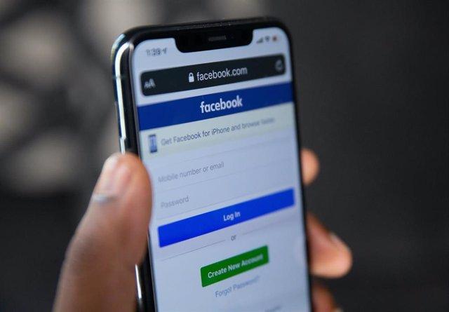 Archivo - App de Facebook en un iPhone