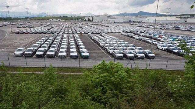 Archivo - Vista de vehículos producidos en la fábrica de Volkswagen Navara