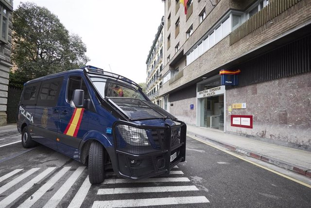 Archivo - Un furgón de la Policía Nacional en la Jefatura Superior de la Policía de Pamplona, a 20 de abril de 2021, en Pamplona