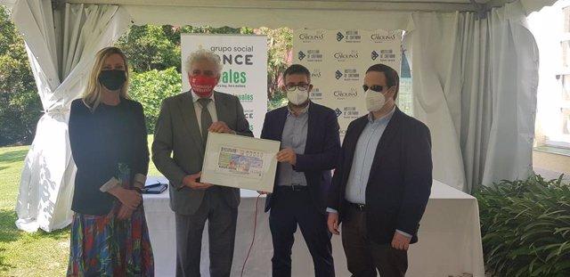 Miembros de la AEHC y de la ONCE presentan el cupón dedicado a la hostelería