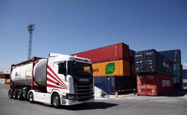 Archivo - Un camión circula por la estación de mercancías Abroñigal.