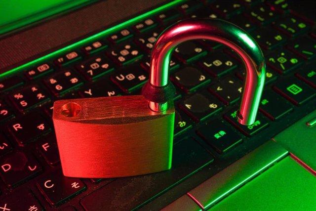 Imagen de un candado sobre un ordenador