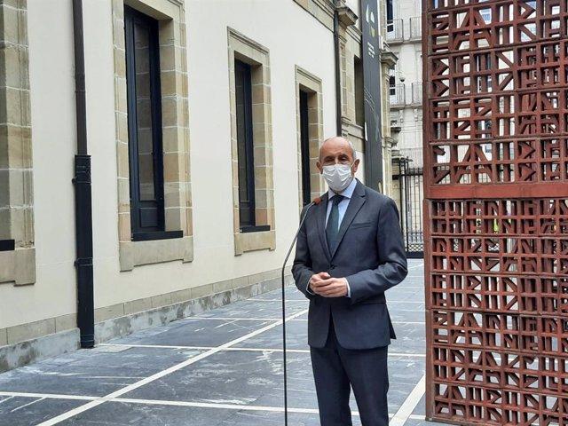 El vicelehendakari y consejero de Seguridad, Josu Erkoreka, realiza declaraciones en el Parlamento vasco.