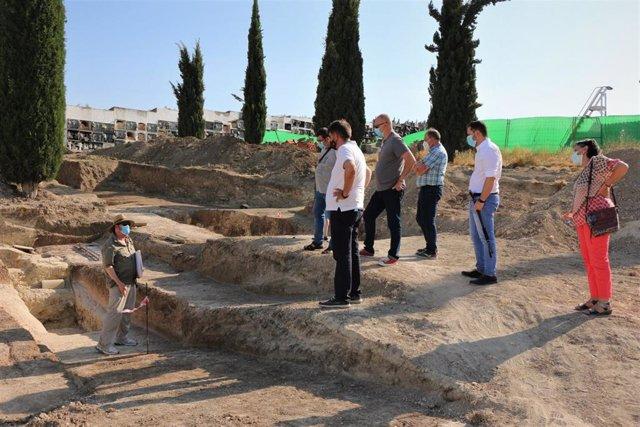 El delegado de Memoria Democrática de la Diputación de Córdoba, Ramón Hernández (en el centro de la imagen), visita los trabajos de exhumación que se realizan en el cementerio de Aguilar de la Frontera.