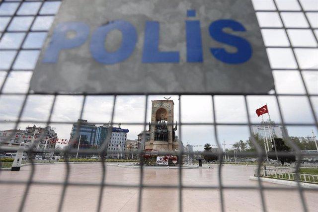 Archivo - Una valla de la Policía de Turquía en una plaza en Estambul