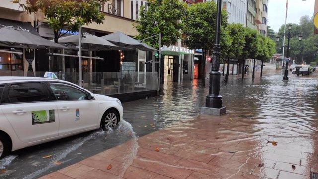 Inundación en la calle San Francisco, en Oviedo