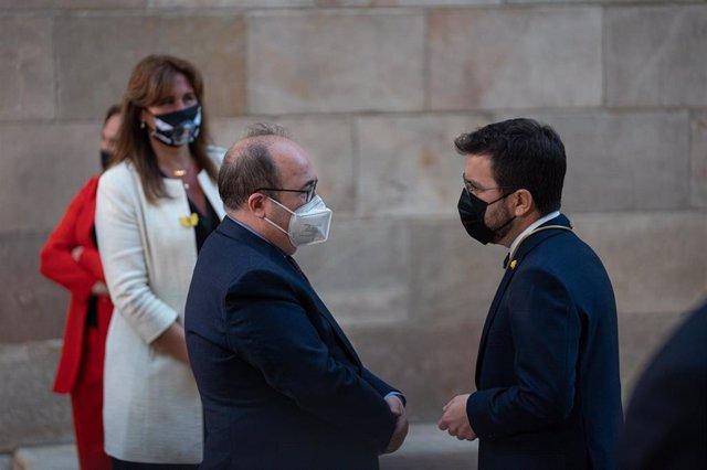 La presidenta del Parlament, Laura Borràs (i), el ministro de Política Territorial y Función Pública y secretario del PSC, Miquel Iceta (c), y el presidente de la Generalitat, Pere Aragonès (d), durante la toma de posesión de Pere Aragonès como presidente