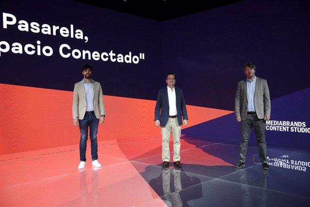 El director general Mediabrands Content Studio, Hugo Albornoz; el director de Ifema, Eduardo López-Portas, y el director general de PRG España, Xavier Theys, posan en las instalaciones de 'La Pasarela'