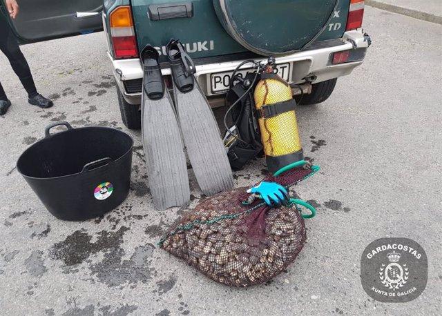 Más de 30 kilos de marisco extraídos de modo irregular en Cee (A Coruña) interceptado a un furtivo.