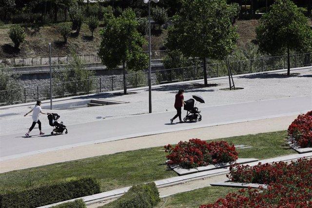 Archivo - Dos madres con carritos de bebé pasean en Madrid Río, en Madrid (España), a 25 de mayo de 2020.