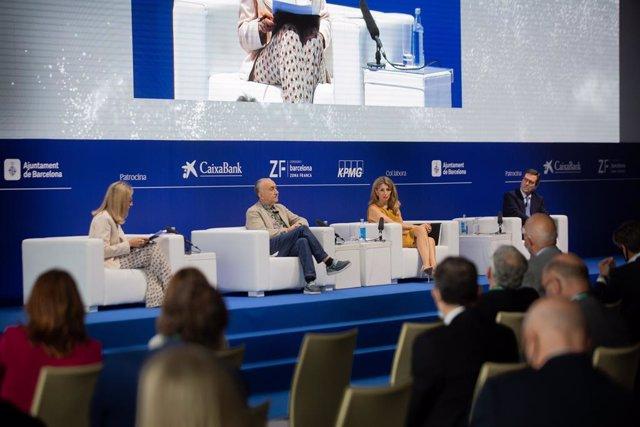 La vicepresidenta tercera i ministra, Yolanda Díaz, al costat del secretari general de la UGT, Pepe Àlvarez, i el president de la CEOE, Antonio Garamendi, durant la XXXVI Reunió Anual del Cercle d'Economia.