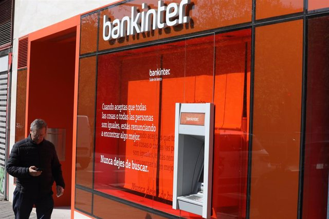 Archivo - Un cajero del banco Bankinter en una de sus oficinas de Madrid.