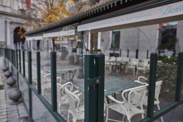 Archivo - Mampara instalada en un restaurante de la Plaza de Oriente, en Madrid.