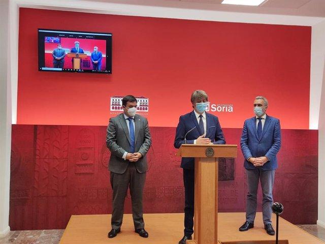 De izda a dcha, Víctor Francos, Carlos Martínez y José Javier Izquierdo explican los nuevos puestos de trabajo de la cárcel de Soria