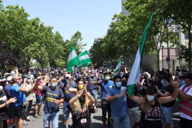 Marcha de los trabajadores de Airbus hacia el Ministerio de Industria para mostrar su rechazo contra el cierre de la planta de Puerto Real (Cádiz).