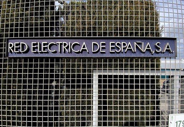 Archivo - Letrero del Grupo Red Eléctrica de España en su sede de Alcobendas,