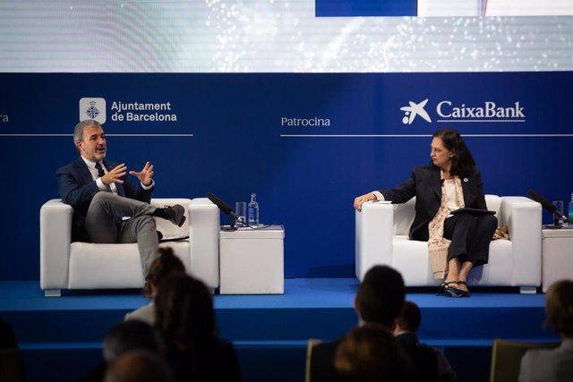 """El primer teniente de alcalde de Barcelona Jaume Collboni y la presidenta de Barcelona Global Aurora Catà, intervienen durante la sesión bajo el título, 'Barcelona ante la competitividad global', en la segunda jornada de la XXXVI Reunión del Cercle d""""Econ"""