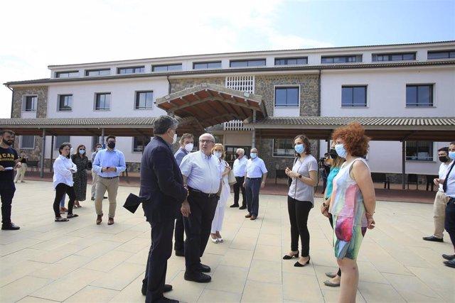 Foto del presidente de la UCAM y responsables de la Universidad delante del edificio de Medicina y Ciencias de la Salud del Campus de Cartagena