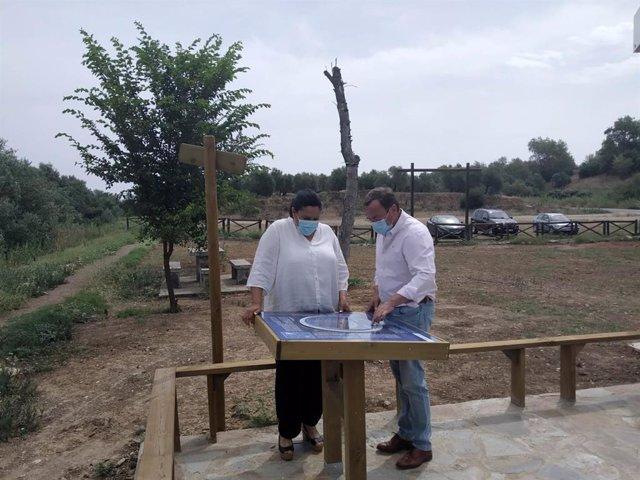 El delegado de Medio Natural de la Diputación de Córdoba, Francisco Palomares, y la vicepresidenta primera de la institución provincial, Dolores Amo, en el punto de observación estelar de Villafranca de Córdoba.