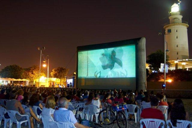 Archivo - Proyección  de 'Cine Abierto' en una imagen de archivo