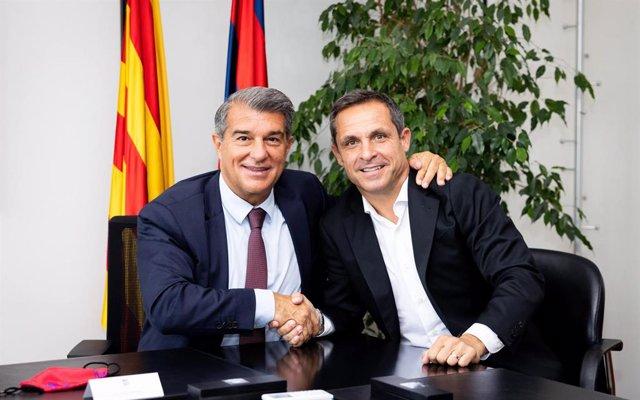 El presidente del FC Barcelona, Joan Laporta, con el nuevo entrenador del Barça B, el exjugador Sergi Barjuán