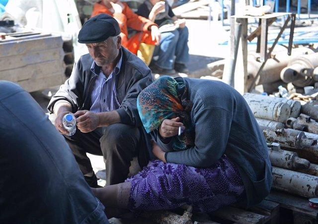 Archivo - Familiares de mineros atrapados tras una explosión en 2014 en una mina en Soma, Turquía, suceso que se saldó con más de 300 muertos