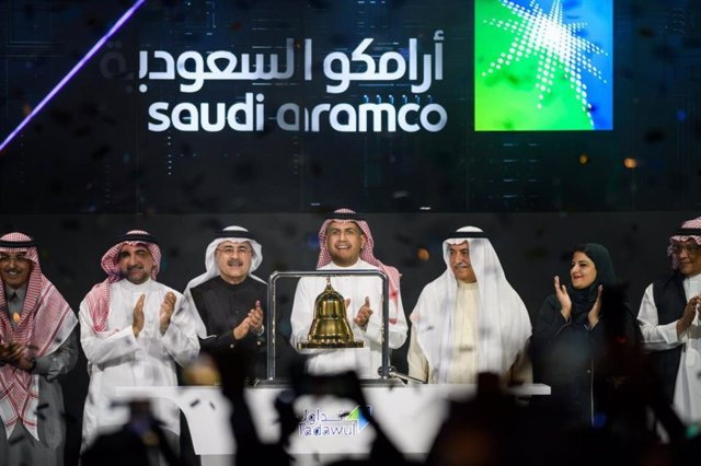 Archivo - dpatop - 11 December 2019, Saudi Arabia, Riyadh: The state-owned Saudi Arabian oil company Aramco and stock market officials celebrate during the official ceremony marking the debut of the IPO of Aramco on the Riyadh Stock Exchange. Saudi oil gi