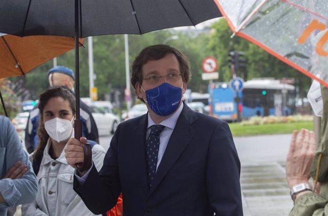 El alcalde de Madrid, José Luis Martínez-Almeida, tras guardar durante un minuto de silenciocondenando el asesinato de una vecina de Moratalaz presuntamente por violencia de género, a 17 de junio de 2021, en Madrid.