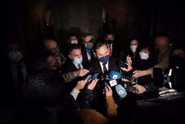 El ministro de Transportes, Movilidad y Agenda Urbana, José Luis Ábalos, ofrece declaraciones a los medios de comunicación tras el acto de inauguración de la escalinata catedralicia del Obradoiro este jueves.