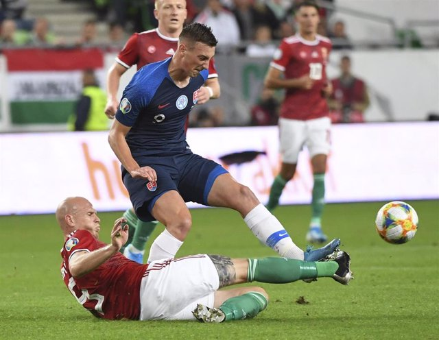 Archivo - Denis Vavro corta un balón en un partido de Eslovaquia ante Hungría